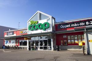 Stora Coop i Bollnäs tillhör de hälsingebutiker som går bäst. Men fastigheten den ligger på sålde Coop Mitt förra året.