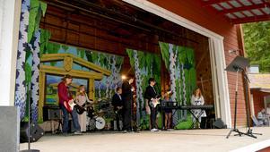 Förutom att personalen sjöng Den blomstertid, så stod eleverna från musikprofilen för underhållningen.