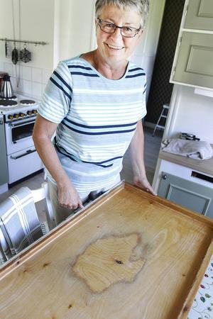 Det var en snickare från byn som byggde köket och bakbordet för över 50 år sedan. Kerstin Torgerssons är lite oroad över att det börjar bli lite slitet.