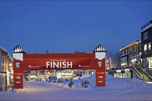 Ungefär så här kan de se ut när åkarna i årets upplaga av Årefjällsloppet går i mål på Åre Torg. OBS! Fotomontage.