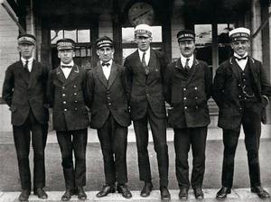 Hotellens vaktmästare hade en central roll när turismen växte till sig i Åre. Här står de uppradade vid tågstationen för att ta hand om turisternas bagage och sedan transportera det till rätt hotell.