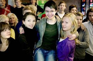 Nutidsorienterare. Bästa eleven Maria Sörgard var i centrum när vinnarna i Dagens Nyheters nutidsorientering presenterades i går. Jennica Modin och Louise Bergström Östling är starka klasskamrater.