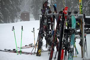 Utanför våffelstugan trängs skidor och stavar i sina ställ.