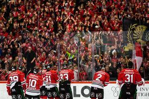 Segerjubel med fansen. En vanlig syn den här säsongen. Bild: Johan Bernström/Bildbyrån