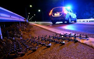 Foto: TT Nyhetsbyrån. Vittnena talar om någon form av spikanordning som låg på Målaregatan. (Bilden taget vid ett annat tillfälle)