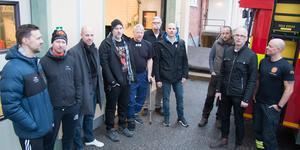 Brandmän från Kungsör och Arboga samlade vid Kungsörs brandstation.