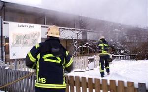 Klockan 16.20 igår eftermiddag var brandbilarna på plats vid Lingongården. Rökdykare gick in med slang via altanen, som vetter mot Coop-Konsum, och släckte på bara tio minuter.FOTO BOO ERICSSON