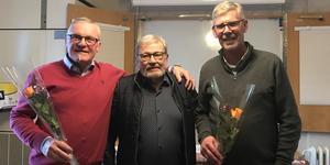 Kommunalrådet Kjell Tenn och årsmötesordförande Gunnar Barke tackades med blommor.  (Ordförande Bosse Nilsson i mitten). Foto: Gerd Öhrn.