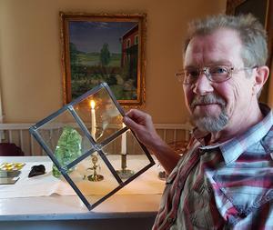 Tord Jonsson besökte Lyktan och Hillgrens museum i Delsbo för att berätta om glasets historik. Foto: Eva Eriksson.