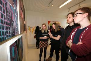 Cornelia Engelhart, Molly Höglund, Gabriel Nilsson och Justus Persson spanar in några målningar.