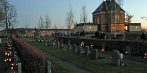 När skymningen började falla lyste tusentals ljus upp Kapellkyrkogården i Köping.