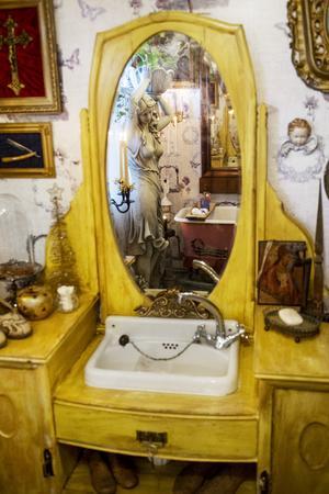 Badrummet har känslan av en fransk boudoir.