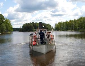 Ångbåten Runn, som hör hemma i Smedjebacken, åker ut från bryggan nedanför Virsbo konstmuseum.Arkivfoto