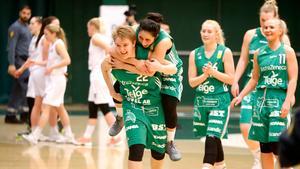Noel Filén-Hammarström kramas om av Patricia Elias efter att ha gjort 17 poäng i Telges första kvartsfinal mot Eos.