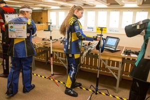 Här förbereder sig Josefine Lindfors för sitt första skytte.