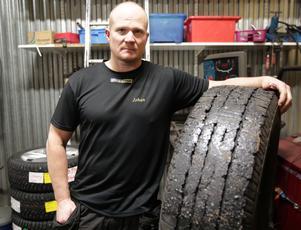 Den här tiden förra året fick Johan Hedberg på Ludvika gummiverkstad ta emot många däck fullsmetade med kletig asfaltstjära.