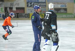 Bollnäs tränar på Sävstaås sedan i måndags. Här Svenne Olsson i samspråk med nye finske målvakten Pertti Virtanen.