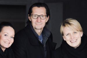 Åsa Siljeholm, BRF Falun strandby, samt två av Främby uddes nya ägare Johan Peters och Julia Öhman. Foto: Främby udde/pressbild