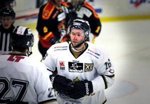 En blodig Chad Wiseman åker mot båset efter ett slagsmål med Johan Jönsson.
