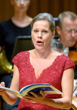 """Sopranen Camilla Tilling var premiärgäst i Sinfoniettans höstupptakt i Västerås konserthus i torsdags. Med """"Les nuits d'été"""" av Hector Berlioz visade hon sin lyriska begåvning lika tydligt som sin dramatiska.Foto: Lennart Hyse"""