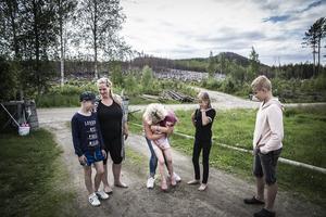 Madeleine Carlsson  från sitt hem i Enskogen när lågorna hotade alldeles intill tomtgränsen. I fyra veckor var hon evakuerad tillsammans med sin bästa vän Gerd och hennes fem barn. I dag är hon tacksam för all den hjälp de fick.