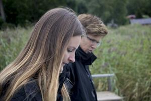Miljö- och hälsoskyddsinspektörerna Pernilla Eriksson och Malin Olofsson är i viken och dokumenterar efter att badet stängde ner i slutet av juli.