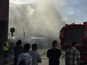 Branden började i två bajamajor spreds senare till det närliggande gymmet. Branden undersöks nu som en mordbrand.
