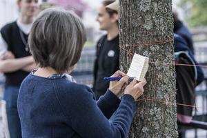 Många deltagare hängde upp lappar med klimatönskningar. En av dem löd: