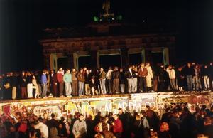 Öst- och västberlinare på Berlinmuren för 30 år sedan – på småtimmarna den 10 november 1989. Foto: Jockel Finck/AP Photo
