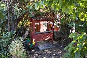 Längst ned in i en gömd vrå i trädgården finns en liten kiosk där barnen kan leka affär.