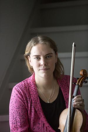 Boda är hemma. Där finns den bästa musiken och där byggde Stina Brandins pappa hennes fiol.