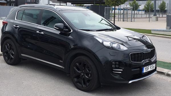 Filip Tronêt gillar svarta bilar – och kör en Kia Sportage GT Line.
