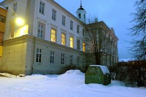 Redan år 1587 omtalas skolundervisning i Härnösand. Omkring 300 år senare uppfördes läroverket, senare Landgrenskolan, här på Brunnshusgatan.
