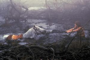 Atreyu (Noah Hathaway) kämpar för att rädda sin häst Atrax från att sjunga ner i djupet av