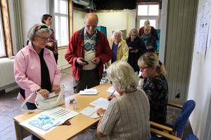 Många kom direkt när förtidsröstningen öppnade under onsdagen i Stationshuset i Fjugesta.