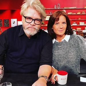 Vid ett av bokpraten i SVT:s Go'kväll. Per Melander, kommunikatör vid Umeå universitet och Agneta Norrgård var boktipsare.