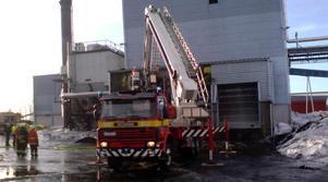 Räddningstjänsten har tagit bort väggplåten och släckt elden
