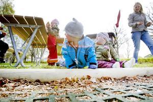 """TIDSFÖRDRIV. Storasyster Ella Hallqvist, tvillingarna Oscar och Lilly och mamma Susanne Hallqvist har stannat till                                     i lekparken på vägen hem från förskolan. Susanne delar ut limpmackor till barnen.  """"Jag kollar av mejl och sms, ibland ringer jag men det är aldrig några långa samtal. Mobilen är mer ett tidsfördriv när                                             tvillingarna sover och Ella leker."""""""