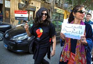 En egyptisk kvinna som marscherar mot Tahrirtorget den 8 mars. På skylten står det