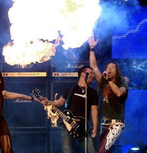 E-Type brukar också ha mycket eld och pyroteknik under sina konserter.
