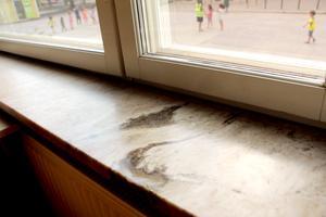 Fönsterbrädor i marmor.
