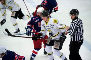 Oscar Nordlander, Kovland, i kamp med Adam Blixt, AIK Hockey Härnösand.