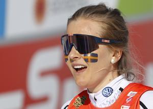Stina Nilsson pustar ut efter att ha spurtat hem guldet i stafett i VM i Seefeld för ett par veckor sedan. Den 28 mars hyllas Stina hemma i Malung.