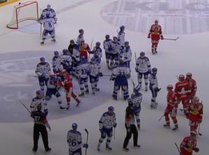 En tämligen snäll kvalmatch mellan Leksand och Mora hettade till först efter slutsignalen. Foto: C More