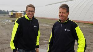 Thomas Vestman, ansvarig fös SCA:s plantverksamhet och Urban Rosdahl, odlings- och anläggningsledare på Bogrundets plantskola i Timrå hoppas mycket på projektet.
