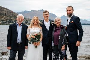 Här är Pernilla och Daniel omgiven av Pernillas familj,  pappa Jan, mamma Gunilla Styf Lindberg och Pernillas bror Fredrik. Foto: Privat
