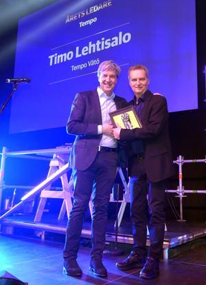 På Axfoodgalan nyligen fick livsmedelshandlaren Timo Lehtisalo pris som Årets Ledare 2020. Priset fick han av vd:n Thomas Gäreskog. Foto: Linda Tjärnström