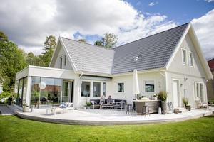Den rundade altanen ger en mjuk känsla till hela huset. En loungegrupp i hörnet och solsängar inbjuder till lata dagar i solen.