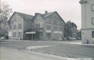 Tidigt 70-tal. Före detta Örebro ångbageri AB och Floréns bil AB låg i en tegelbyggnad i hörnet mot Slussgatan där den nya vårdcentralen ska byggas. Bildkälla: Örebro stadsarkiv
