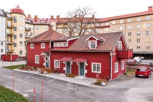 Charmigt falurött gårdshus i centrala Falun. Foto: Fastighetsbyrån Falun